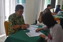 dosen UNAS sedang mewawancarai camaba dalam tes masuk UNAS