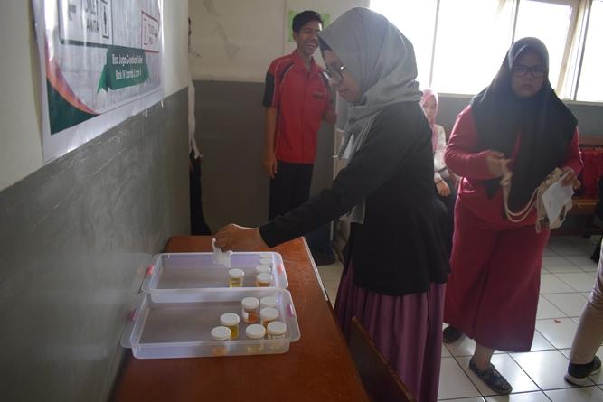 calon mahasiswa baru setelah melakukan tes urine