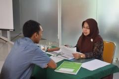Calon mahasiswa baru melakukan wawancara