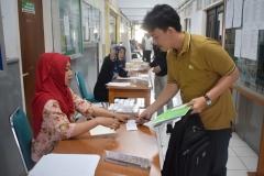 calon mahasiswa baru sedang melakukan tes urine