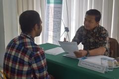 calon mahasiswa baru sedang melakukan tes wawancara