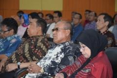 Dr.Drs. El Amry Bermawi Putera, M.A (Rektor Universitas nasional)(tengah) bersama jajarannya