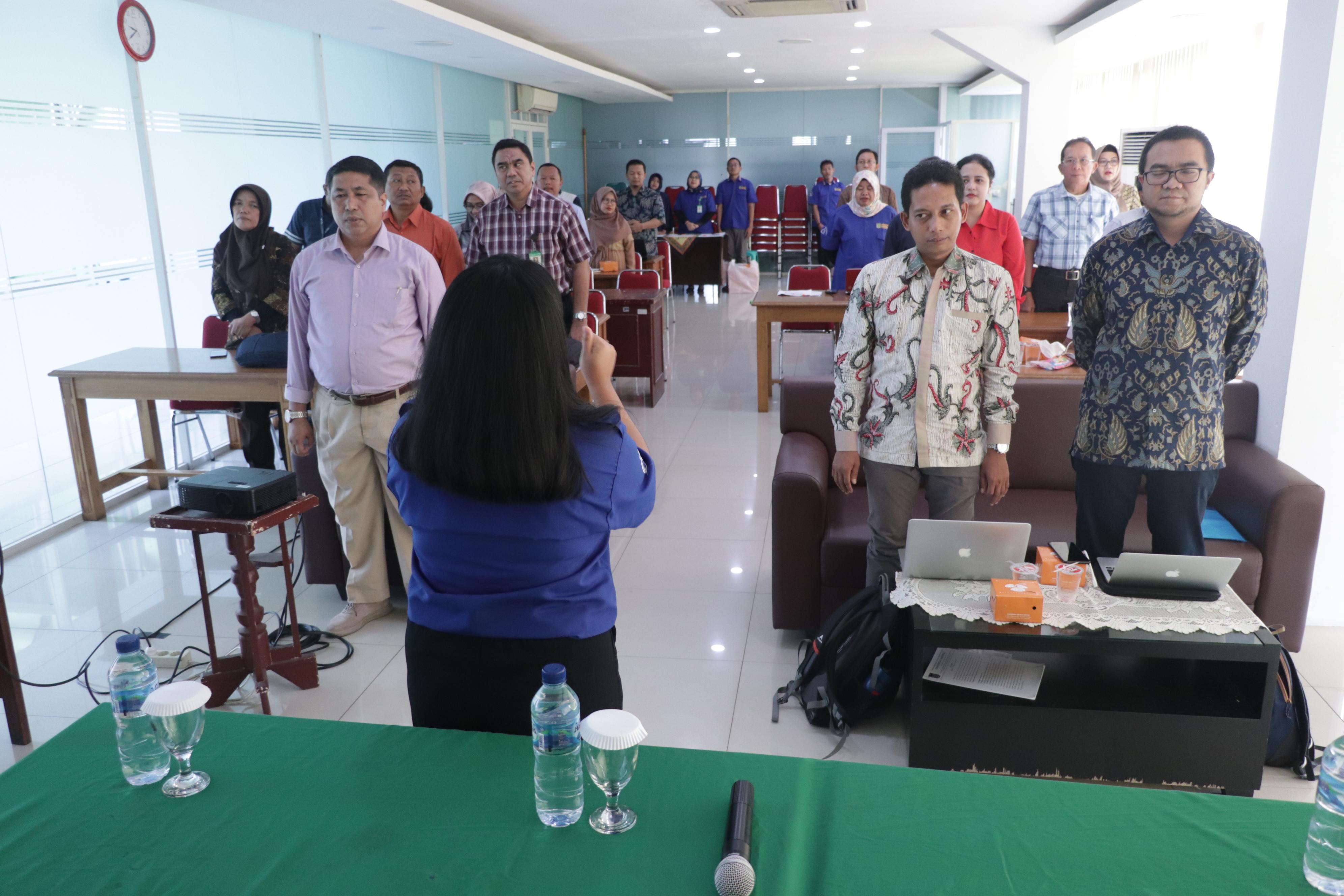 Diiringi oleh dirigen, para peserta bernyanyi lagu wajib nasional dan mars unas
