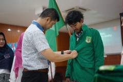 Penyematan almamater oleh Ketua Prodi Ilmu Administrasi Publik Dr. Bhakti Nur Avianto, S.I.P., M.Si. sebagai tanda penyambutan selamat datang kepada mahasiswa baru