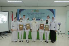 Foto bersama pimpinan fikes, dosen. dan mahasiswa usai prosesi ucap janji baik onsite maupun online