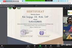 """Pemberian sertifikat kepada Tim Teknis Standar Akuntansi Keuangan IAI Riki Sanjaya, S.E., M.Ak., CAP. saat kegiatan Webinar Nasional """"Sewa Menurut PSAK 73 dan Aspek Perpajakan"""" pada Selasa, 27 Oktober 2020"""