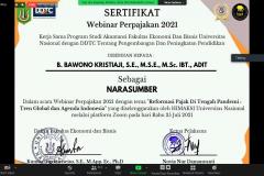 Penyerahan sertifikat kepada narasumber pada webinar UNAF 2021