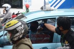 Petugas Unas bagi bagi masker ke pengguna jalan