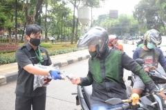 Petugas Unas sedang membagikan masker ke pengguna jalan (2)