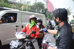 Petugas Unas sedang membagikan masker ke pengguna jalan (3)