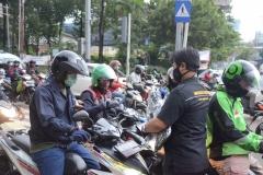 Petugas Unas sedang membagikan masker ke pengguna jalan (4)