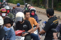 Bagi-bagi masker yang dilakukan oleh petugas Unas ke pengguna jalan
