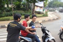 Bagi-bagi masker yang dilakukan oleh petugas Unas ke pengguna jalan (2)