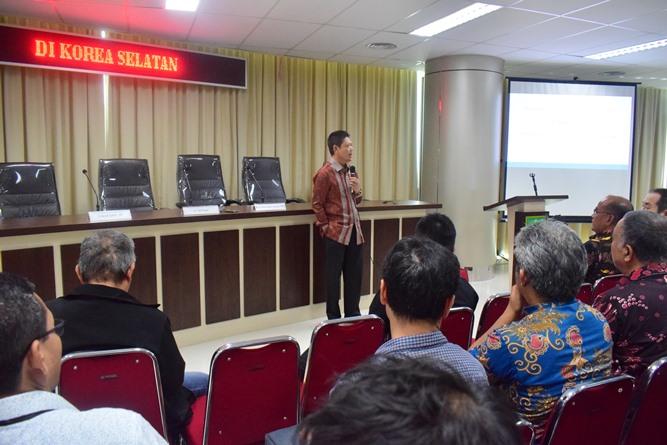 Dr Abdul Wahab saat menjelaskan tentang tenaga kerja Indonesia di depan audience