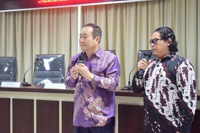 President Director Cyber Edu Inkor, Jang Youn Cho, Ph.D. (Kiri) Beserta Translator Bapak Diko saat sedang memaparkan tentang studio cyber edu incor yang menjadi studio pembelajar berbahasa Korea (2)