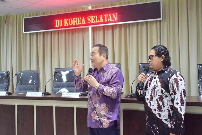 President Director Cyber Edu Inkor, Jang Youn Cho, Ph.D. (Kiri) Beserta Translator Bapak Diko saat sedang memaparkan tentang studio cyber edu incor yang menjadi studio pembelajar berbahasa Korea (3)