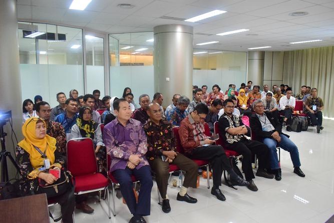 Prof Cho dan Rektor UNAS Dr El Amry Bermawi Putera, MA bersama dengan audience saat mendengarkan paparan tenaga kerja