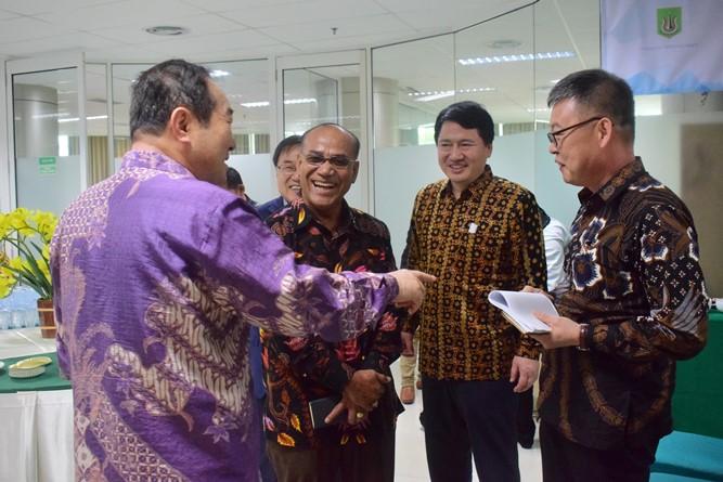 Prof Cho dan Rektor UNAS Dr El Amry Bermawi Putera, MA bersama dengan para pimpinan perusahaan Korea