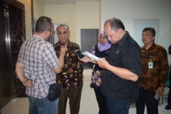 Rektor UNAS Dr El Amry Bermawi Putera, MA saat diwawancarai wartawan didampingi oleh Manager UPT Marketing & Public Relations Dian Metha Ariyanti dan Wakil Kepala BAU Saptomo