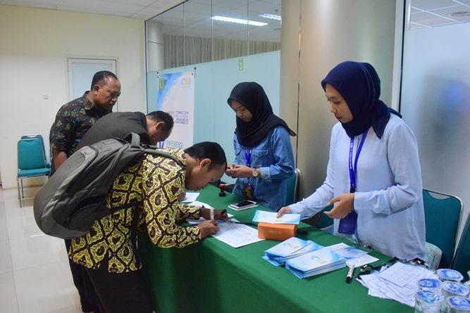 para peserta Konferensi saat tanda tangan daftar hadir