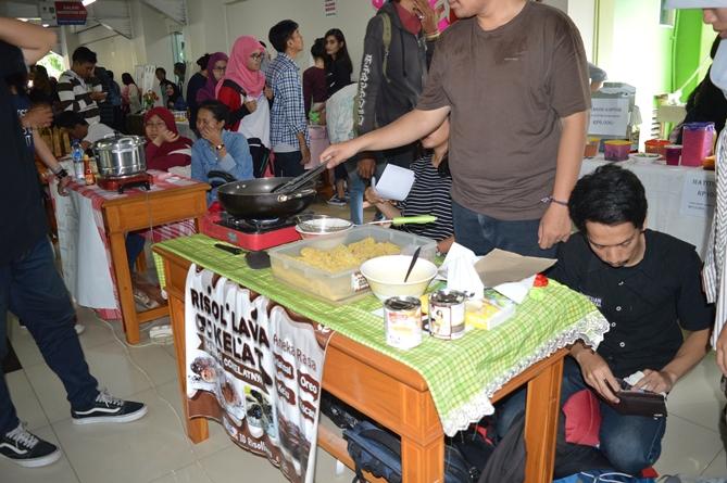 peserta unas expo sedang memasak di stand nya