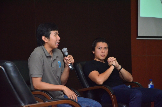 narasumber sedang menjawab pertanyaan dari audience
