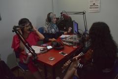 Crew UNAS Radio saat melakukan live interview dengan penyanyi muda Wizzy