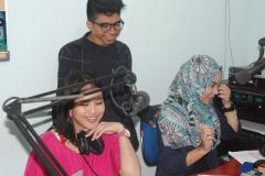 Crew UNAS Radio saat melakukan siaran di Lab Radio Bambu Kuning