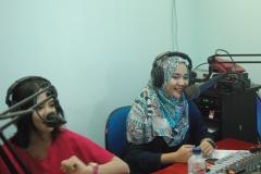 Penyiar UNAS Radio saat melakukan wawancara dengan Wizzy