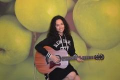Wizzy saat melakukan sesi foto studio di Unas Radio
