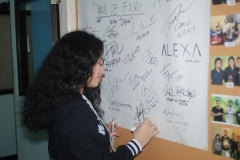 Wizzy saat melakukan tanda tangan di Lab UNAS Radio