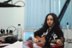 Wizzy saat mempromosikan single barunya di Unas Radio