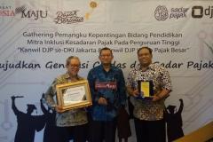 Dekan Fakultas Ekonomi dan Bisnis menerima penghargaan untuk Tax Center