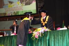 Rektor UNAS saat memindahkan kuncir wisudawan