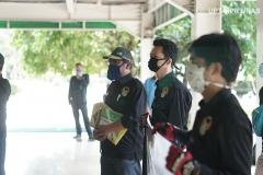 Koordinasi antar anggota Universitas Nasional Biker's Community (UNBC) sebelum pembagian bantuan