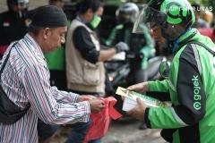 Driver online menerima bantuan makanan gratis dari anggota Universitas Nasional Biker's Community (UNBC)