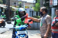 Anggota Universitas Nasional Biker's Community (UNBC) memberikan bantuan makanan gratis kepada driver online di kampus Unas Pejaten. Rabu, 22 April 2020