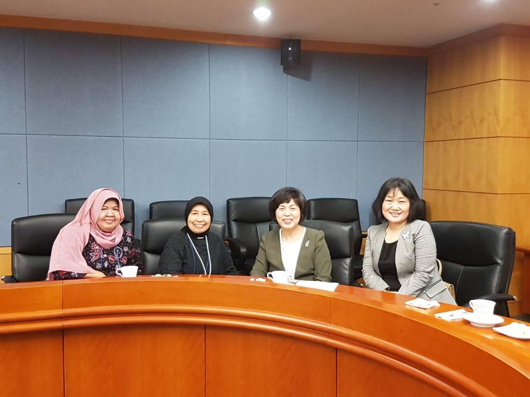 Foto bersama dengan delegasi negara lain 2