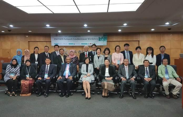 Foto bersama dengan delegasi negara lain sesaat setelah seminar