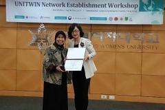 Pemberian sertifikat Penghargaan kepada Universitas Nasional