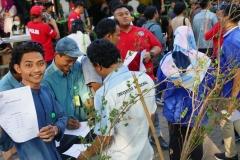 Para karyawan UNAS pun ikut serta dalam tes urine
