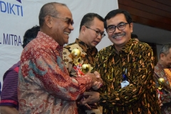 Rektor UNAS Dr. El Amry Bermawi Putera, M.A (kiri) Penyerahan Penghargaan dari Ketua Dirjen Penguatan & Pengembangan Kemenristekdikti, Dr. H. Muh Dimyati (3)