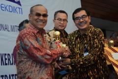 Rektor UNAS Dr. El Amry Bermawi Putera, M.A (kiri) Penyerahan Penghargaan dari Ketua Dirjen Penguatan & Pengembangan Kemenristekdikti, Dr. H. Muh Dimyati (4)