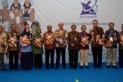 Foto Bersama Rektor Unas Dr. El Amry Bermawi Putera, M.A serta Dirjen Penguatan & Pengembangan Dr. H. Muh Dimyati dengan pemenang penghargaan