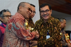 Rektor UNAS Dr. El Amry Bermawi Putera, M.A (kiri) Penyerahan Penghargaan dari Ketua Dirjen Penguatan & Pengembangan Kemenristekdikti, Dr. H. Muh Dimyati (2)