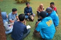 anggota dari BNN sedang melakukan perbincangan sekaligus pemeriksaan terhadap mahasiswa Universitas Nasional di taman UNAS