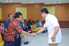 Jabat tangan antara Pak Somadi dan Pembicara