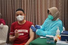 Proses pemberian vaksin tahap kedua kepada masyarakat pada 24 Agustus 2021