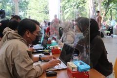 Proses registrasi kepada pasien vaksin di Universitas Nasional di hari kedua pada Rabu, 25 Agustus 2021