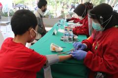 Saat pengecekan kepada pasien yang ingin vaksin di Universitas Nasional di hari kedua pada Rabu, 25 Agustus 2021
